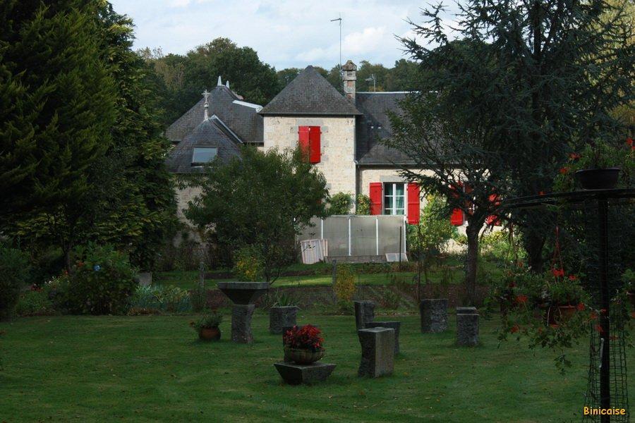 Jardin du prieuré. dans Normandie cromlech-du-prieure