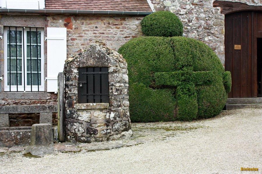 le-puit-et-le-buis-taille- Saint Ortaire Prieuré dans Photos
