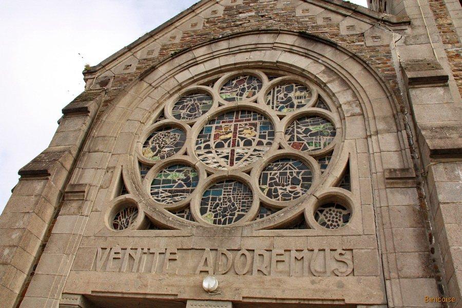 Pont d'Ouilly. Eglise Saint Thérèse. dans Normandie pont-douilly-rosace-de-leglise-ste-therese