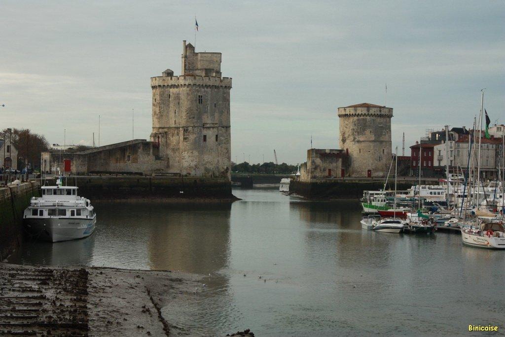 Le Port et les tours de la Rochelle . dans La Rochelle le-port-02