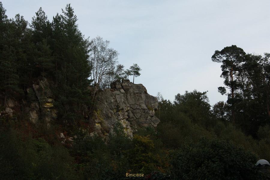 Le rocher au chien . dans Normandie autour-de-la-cure-rochers-36_redimensionner