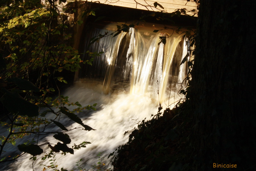 La Vée, effets de lumière sur la chute. dans Normandie la-vee-effest-de-soleil
