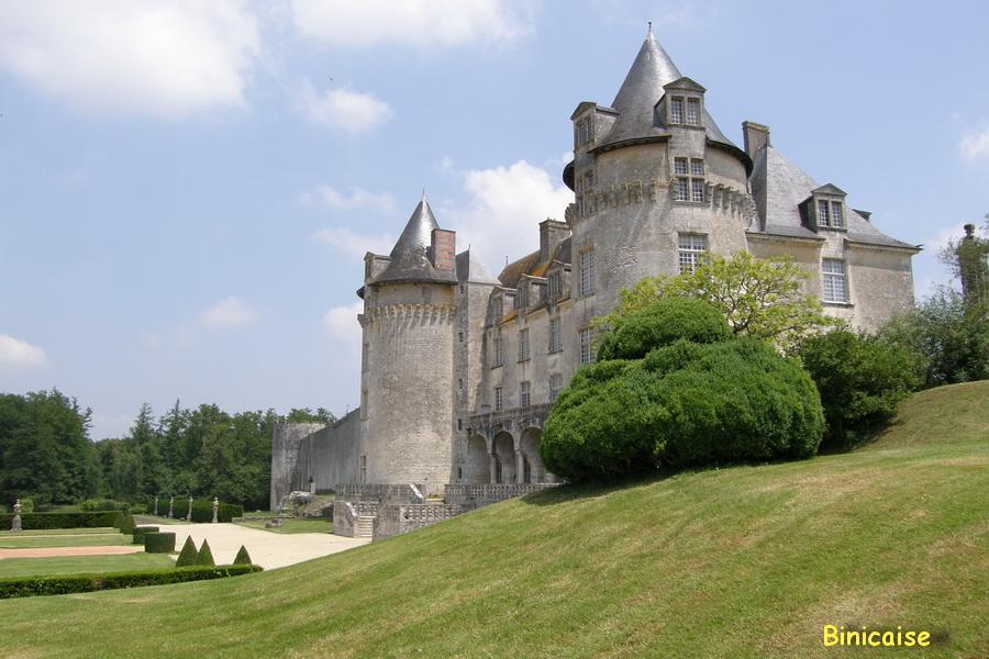 Château de la Roche Courbon et son parc. dans Autour de Rochefort la-roche-courbon