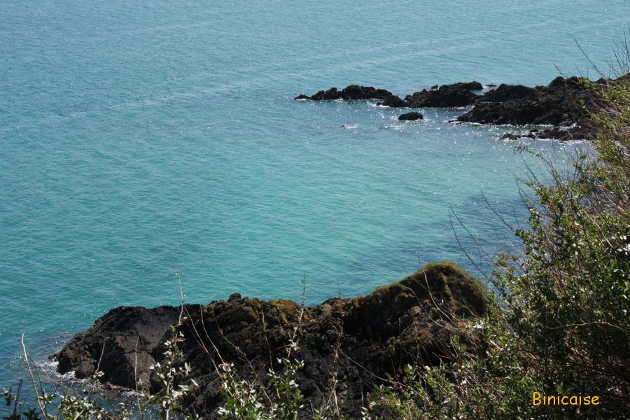 Rochers sur une mer turquoise. dans Bretagne mer-turquoise-et-rochers