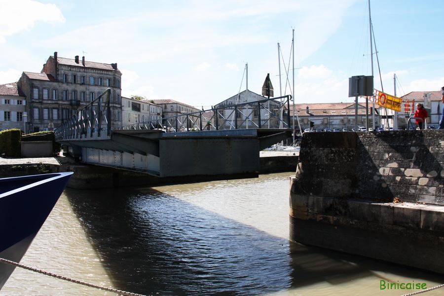 Passerelle sur le port. dans Charentes Maritimes passerelle-pour-pietons